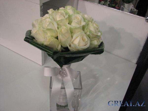 Букет из белых роз не только подчеркивает удивительную свежесть и...