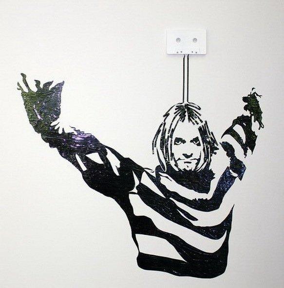 ...из ленты аудиокассет, ну а портрет Шекспира - это аппликация из строк...