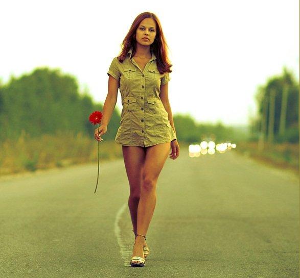 непринужденная прогулка по шоссе... с герберой в руке.