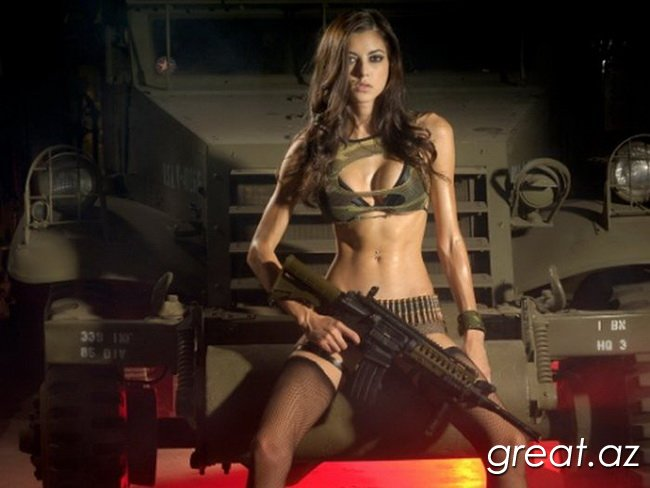 Красивые девушки с оружием всегда смотрятся очень сексуально. . Ведь так?