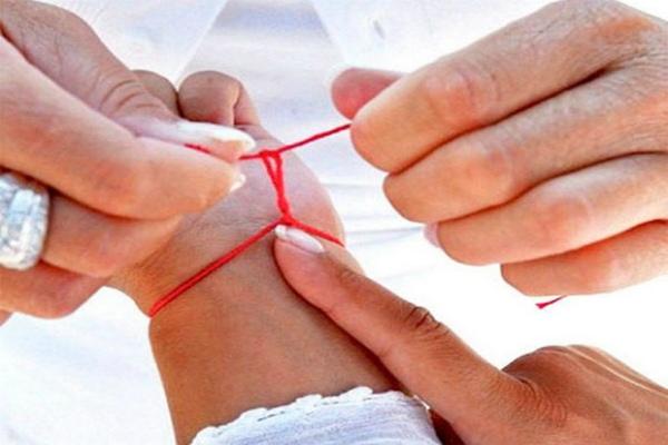 Для чего носят красную нить на руке?