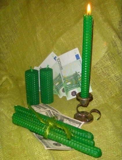 Как проводить ритуалы на свечах на деньги